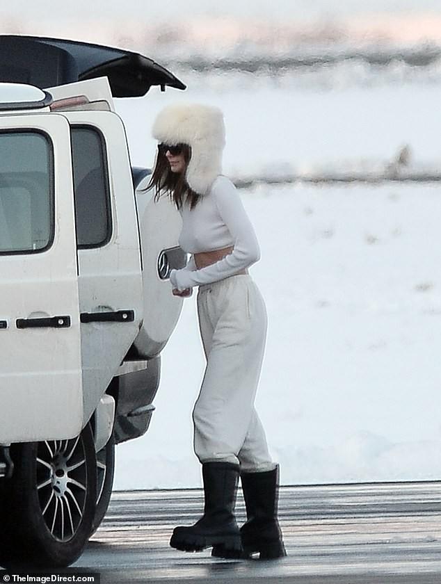 Kendall Jenner mặc 'quên nội y', mặc crop-top khoe eo thon bất chấp lạnh âm độ C ảnh 3