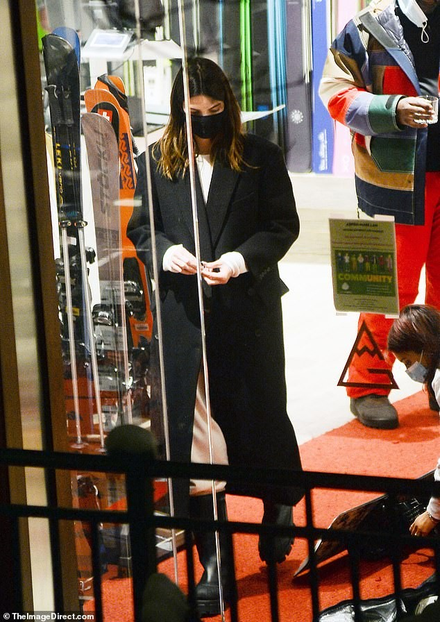 Kendall Jenner mặc 'quên nội y', mặc crop-top khoe eo thon bất chấp lạnh âm độ C ảnh 5