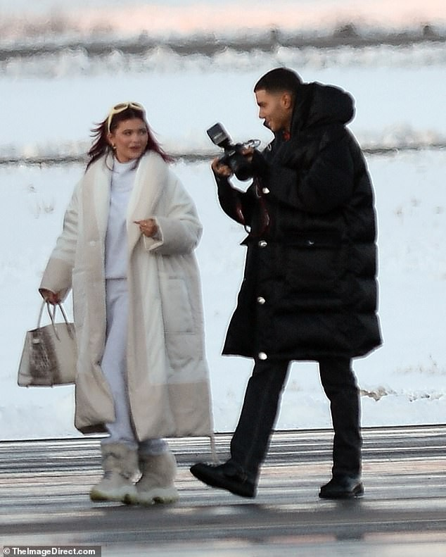 Kendall Jenner mặc 'quên nội y', mặc crop-top khoe eo thon bất chấp lạnh âm độ C ảnh 6