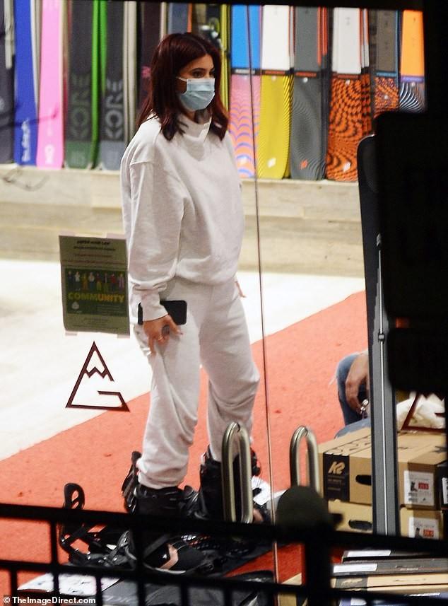 Kendall Jenner mặc 'quên nội y', mặc crop-top khoe eo thon bất chấp lạnh âm độ C ảnh 7