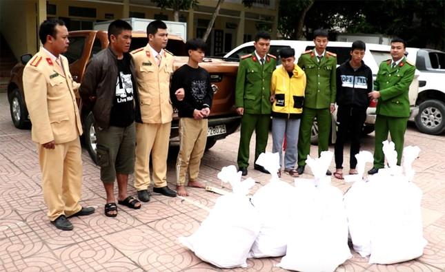 Hàng chục cảnh sát vây bắt 4 người chở gần 200 kg ma tuý như phim hành động ảnh 1