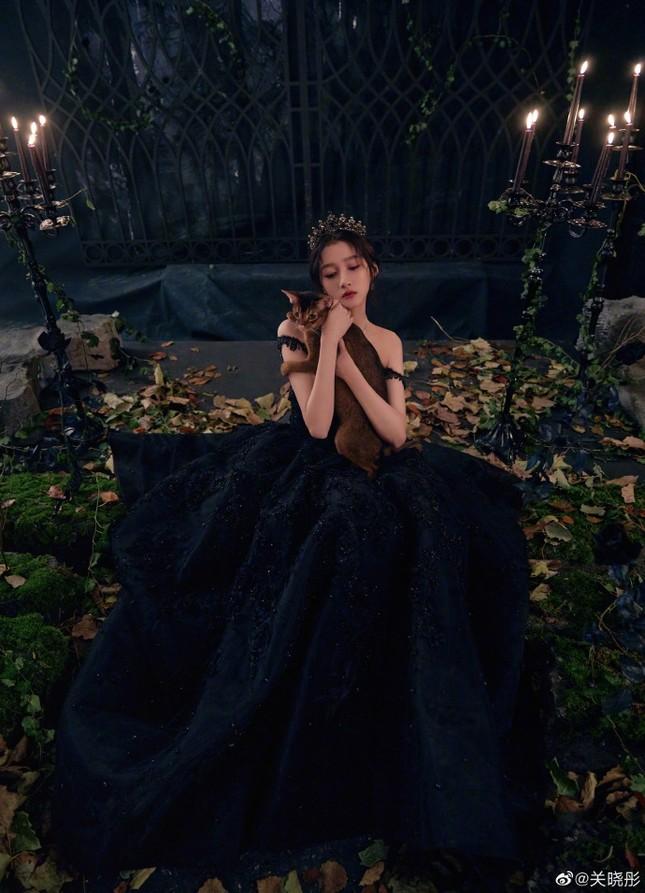 Quan Hiểu Đồng hóa công chúa hắc ám lạnh lùng, quyến rũ gây 'bão' mạng ảnh 2