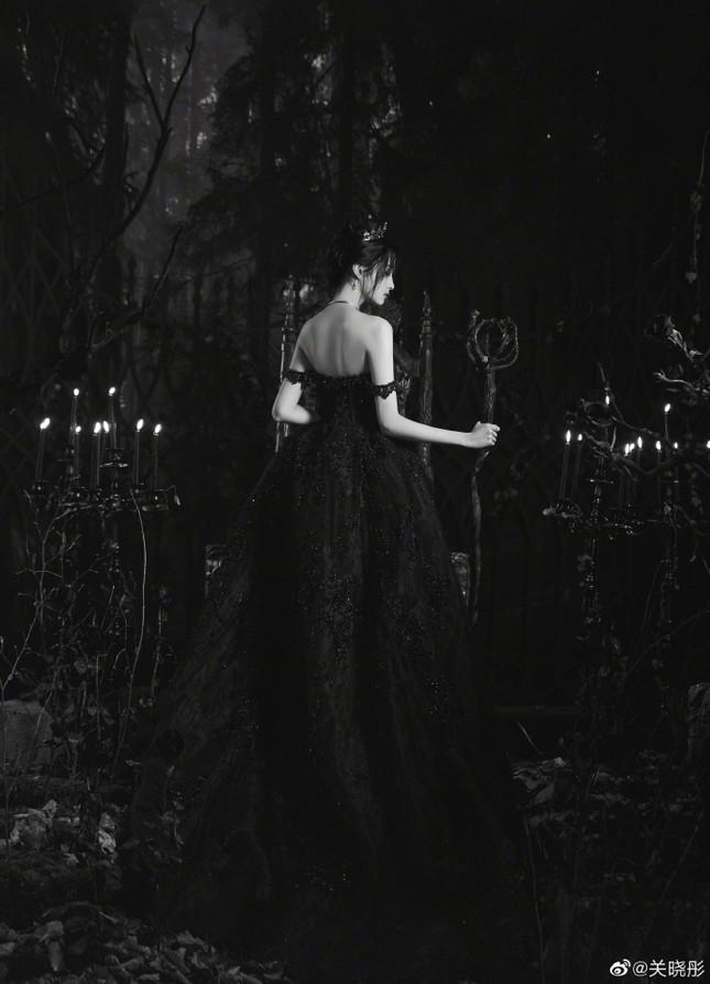 Quan Hiểu Đồng hóa công chúa hắc ám lạnh lùng, quyến rũ gây 'bão' mạng ảnh 5