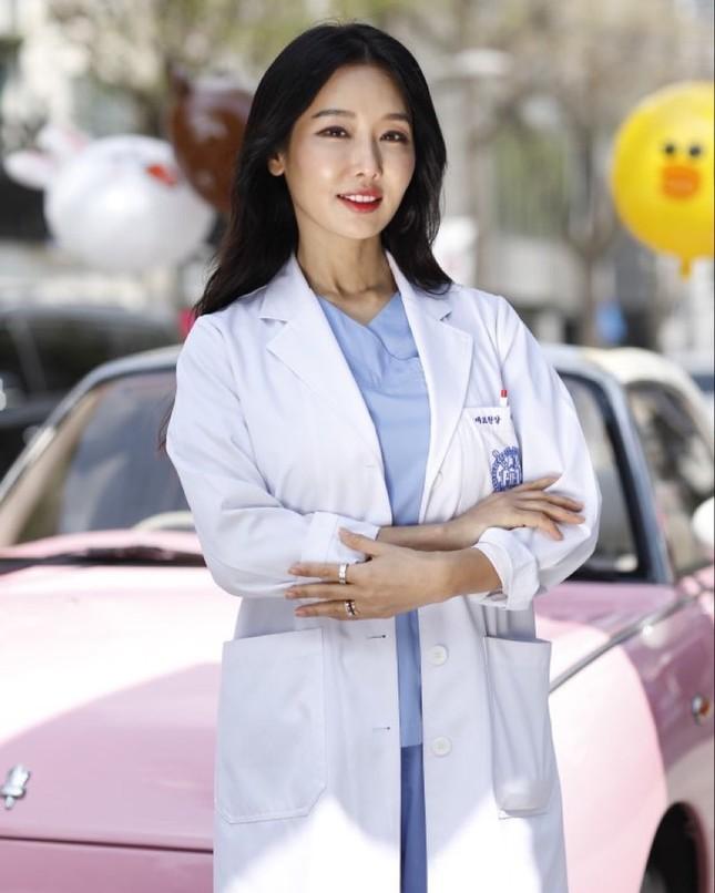 Nữ nha sĩ nóng bỏng 52 tuổi bị 'ném đá' vì tự nhận đẹp hơn Kim Tae Hee ảnh 1