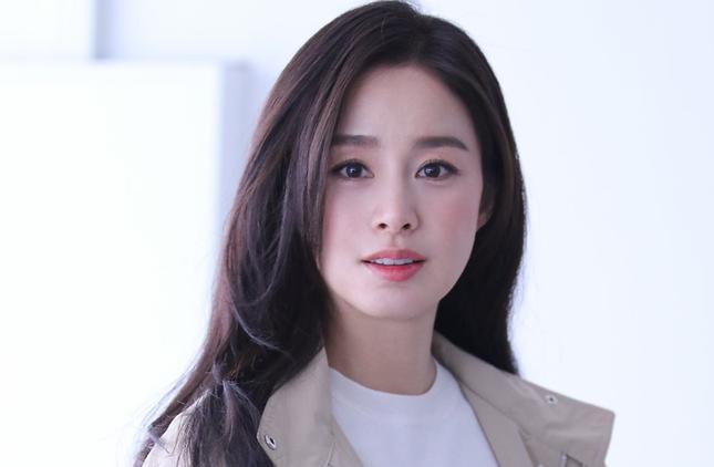 Nữ nha sĩ nóng bỏng 52 tuổi bị 'ném đá' vì tự nhận đẹp hơn Kim Tae Hee ảnh 2