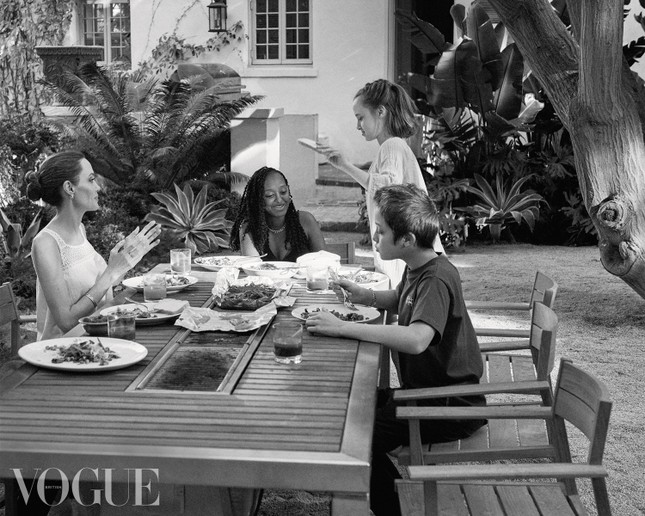 Angelina Jolie chia sẻ ảnh gia đình hiếm hoi trên Vogue Anh, trải lòng về việc làm mẹ ảnh 3
