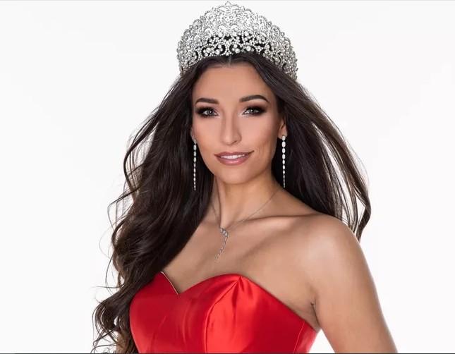 Hoa hậu Bỉ bất ngờ từ chối tham gia Miss Universe 2020 ảnh 1