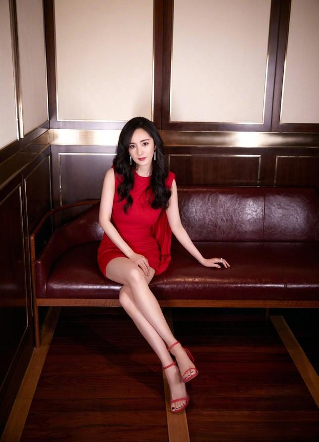 Dương Mịch gợi cảm hết nấc trong sắc đỏ, đôi chân dài miên man thành tâm điểm ảnh 3
