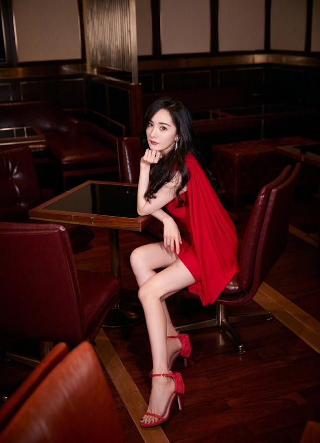 Dương Mịch gợi cảm hết nấc trong sắc đỏ, đôi chân dài miên man thành tâm điểm ảnh 6