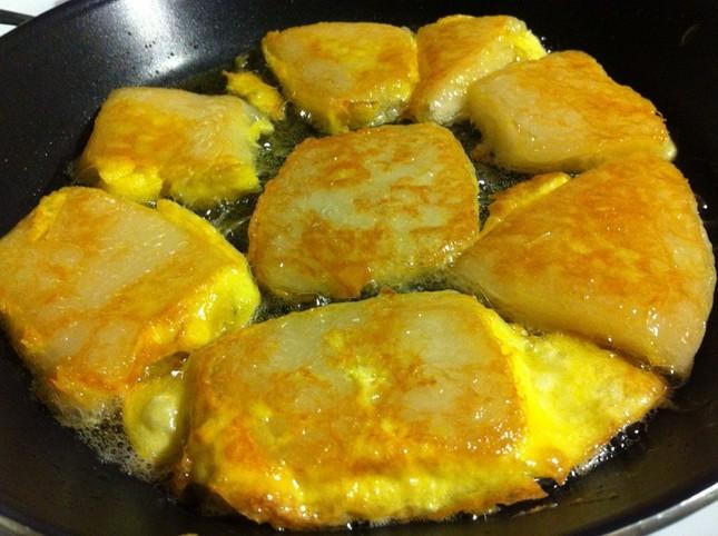 Bánh gạo ngọt là món ăn truyền thống trong dịp Tết Âm lịch của nước nào?