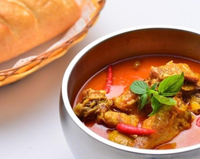Vào đầu năm mới, người Campuchia mang món cari đi đâu?