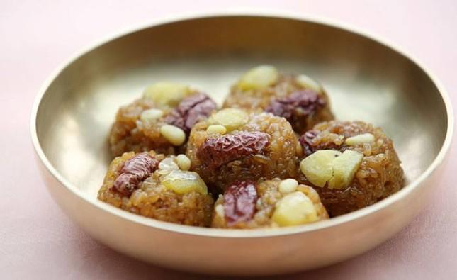 Nguyên liệu nào không được dùng trong món Yaksik của Hàn Quốc?