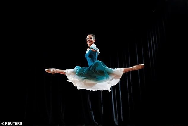 Vũ công ballet không tay 16 tuổi gây 'bão' mạng xã hội ảnh 1