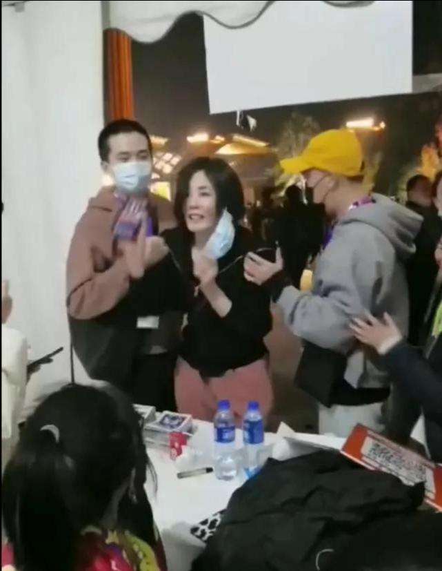 Vương Phi chụp ảnh cùng tình trẻ tin đồn và con gái giữa nghi vấn chia tay Tạ Đình Phong ảnh 6