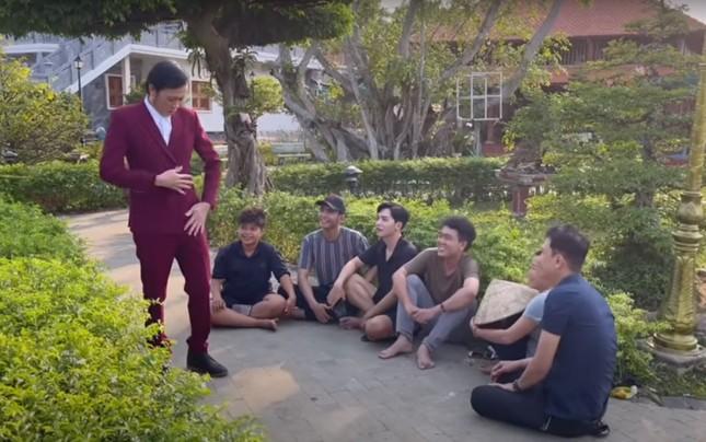 Hoài Linh diện vest làm vườn, đáp trả anti-fan chê không tôn trọng khán giả ảnh 1