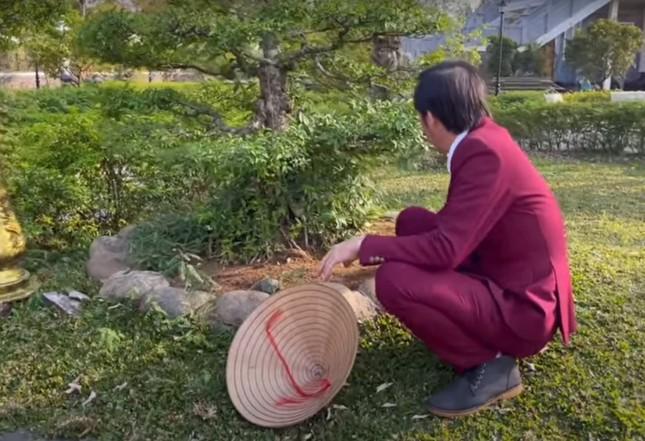 Hoài Linh diện vest làm vườn, đáp trả anti-fan chê không tôn trọng khán giả ảnh 2