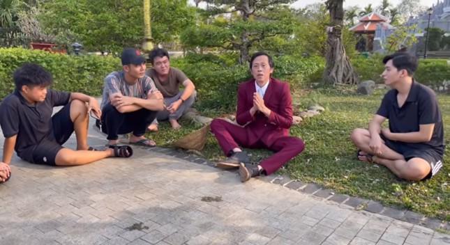 Hoài Linh diện vest làm vườn, đáp trả anti-fan chê không tôn trọng khán giả ảnh 3