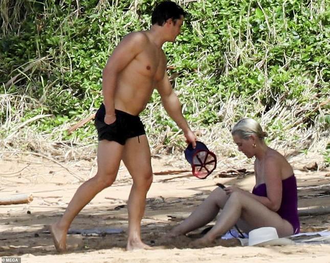 Chưa lấy lại dáng sau sinh con, Katy Perry vẫn tự tin diện đồ bơi trễ nải ảnh 1