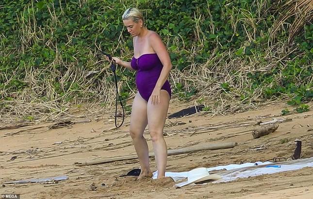 Chưa lấy lại dáng sau sinh con, Katy Perry vẫn tự tin diện đồ bơi trễ nải ảnh 4