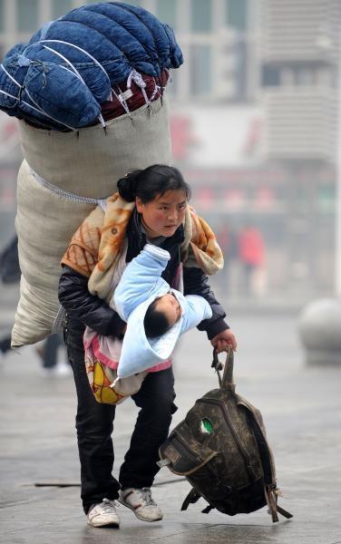 Người mẹ trong bức ảnh từng gây chấn động Trung Quốc 11 năm trước giờ ra sao? ảnh 1