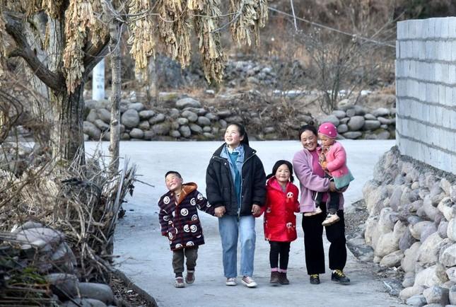 Người mẹ trong bức ảnh từng gây chấn động Trung Quốc 11 năm trước giờ ra sao? ảnh 4