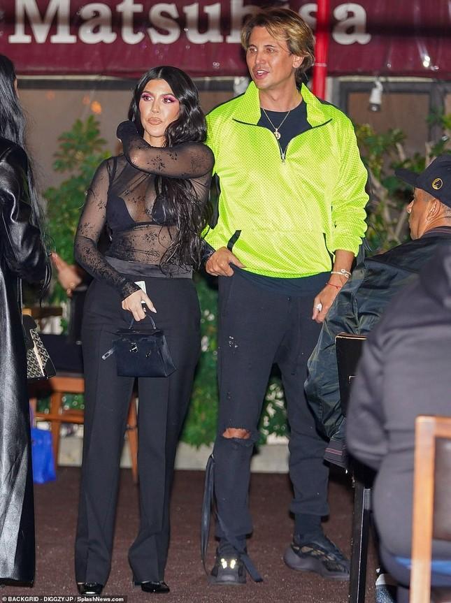 Kourtney Kardashian mặc áo xuyên thấu 'có như không' ảnh 4