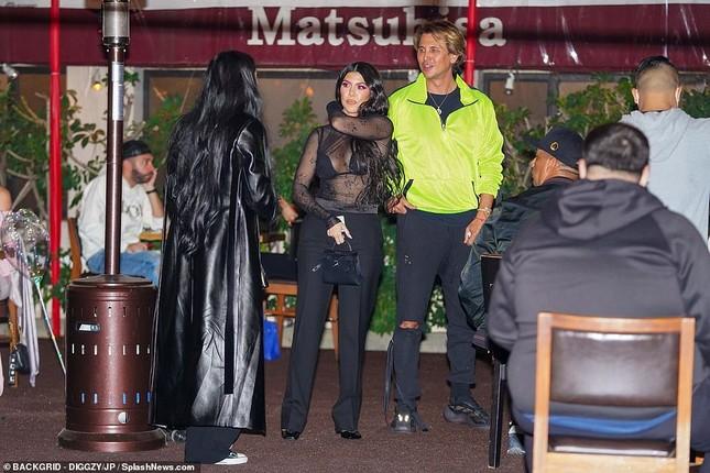 Kourtney Kardashian mặc áo xuyên thấu 'có như không' ảnh 6