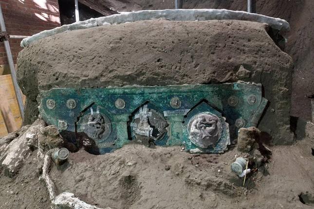 Phát hiện cỗ xe ngựa rước dâu 2.000 năm tuổi, có khắc ảnh mô tả cảnh quan hệ tình dục ảnh 2