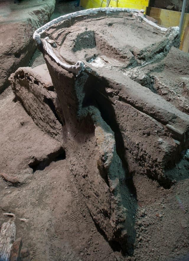 Phát hiện cỗ xe ngựa rước dâu 2.000 năm tuổi, có khắc ảnh mô tả cảnh quan hệ tình dục ảnh 1