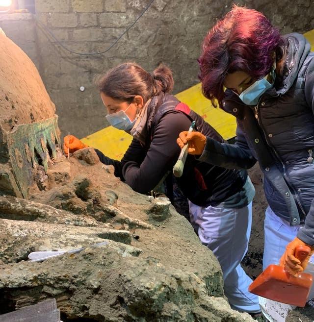 Phát hiện cỗ xe ngựa rước dâu 2.000 năm tuổi, có khắc ảnh mô tả cảnh quan hệ tình dục ảnh 4