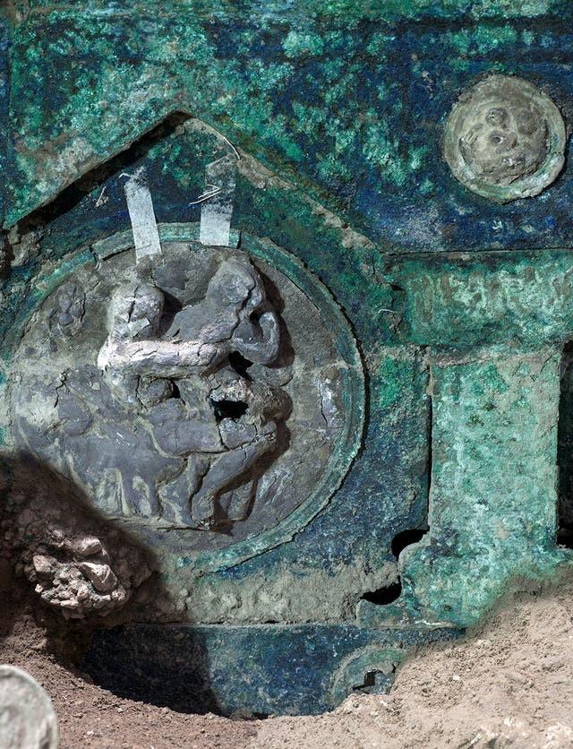 Phát hiện cỗ xe ngựa rước dâu 2.000 năm tuổi, có khắc ảnh mô tả cảnh quan hệ tình dục ảnh 3