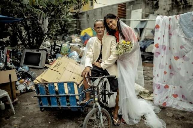 Bộ ảnh cưới của cặp đôi vô gia cư sống chung 24 năm chưa từng vào lễ đường ảnh 22