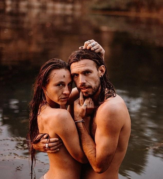 Cặp đôi vũ công đi khắp nơi chụp ảnh khỏa thân ảnh 9