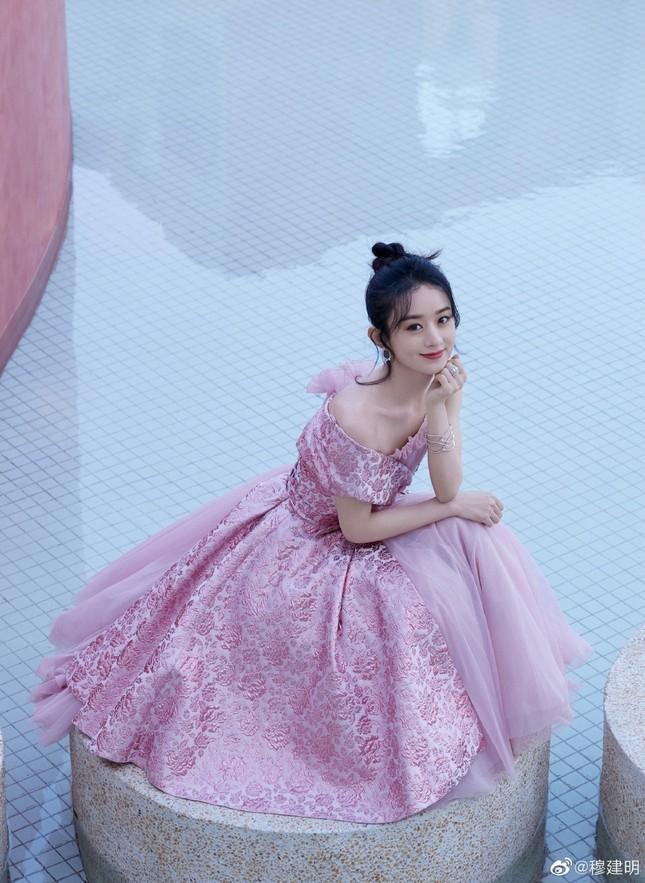 'Mẹ bỉm sữa' Triệu Lệ Dĩnh xinh đẹp, ngọt ngào như công chúa ảnh 11