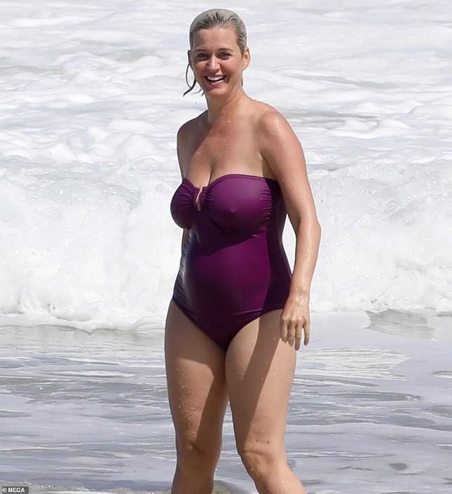 Lộ hình thể đẫy đà khi mặc đồ bơi, mẹ bỉm sữa Katy Perry ghi điểm với mặt mộc xuất sắc ảnh 7