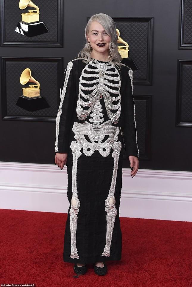Thảm đỏ Grammy 2021: Người không nội y táo bạo, kẻ mặc váy xương người ảnh 13