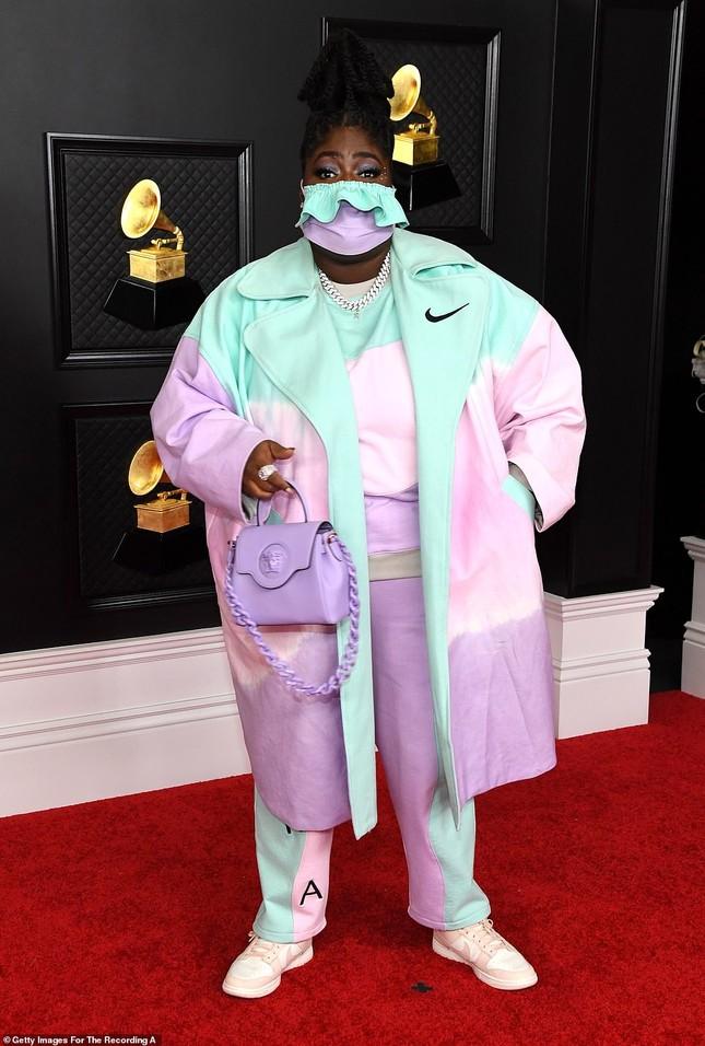 Thảm đỏ Grammy 2021: Người không nội y táo bạo, kẻ mặc váy xương người ảnh 15