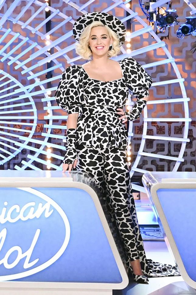 Katy Perry vạch áo lộ nội y ngay trên sóng truyền hình 'American Idol' ảnh 1