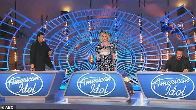 Katy Perry vạch áo lộ nội y ngay trên sóng truyền hình 'American Idol' ảnh 2