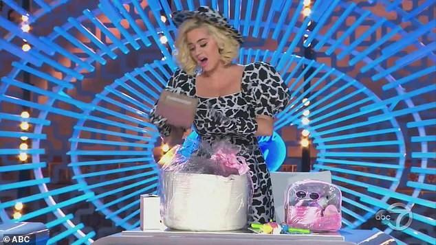 Katy Perry vạch áo lộ nội y ngay trên sóng truyền hình 'American Idol' ảnh 4