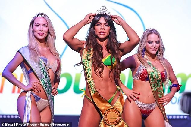 Thí sinh 'Hoa hậu siêu vòng ba' vẽ hình trên mông kêu gọi tiêm vắc xin COVID-19 ảnh 3