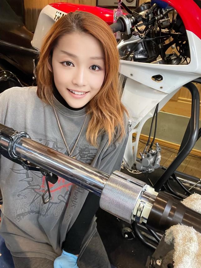 Sốc khi 'nữ thần motor' Nhật Bản lại là người đàn ông trung niên ảnh 2