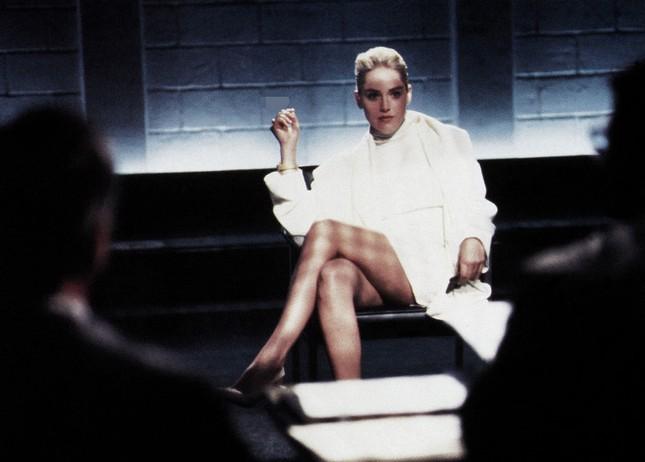 Sharon Stone tiết lộ sự thật đằng sau cảnh 'lộ hàng' trong phim Bản năng gốc ảnh 2