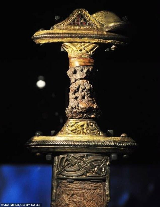 Hài cốt hai chiến binh thời đồ sắt và nghi lễ tiễn đưa linh hồn sang 'thế giới bên kia' ảnh 2