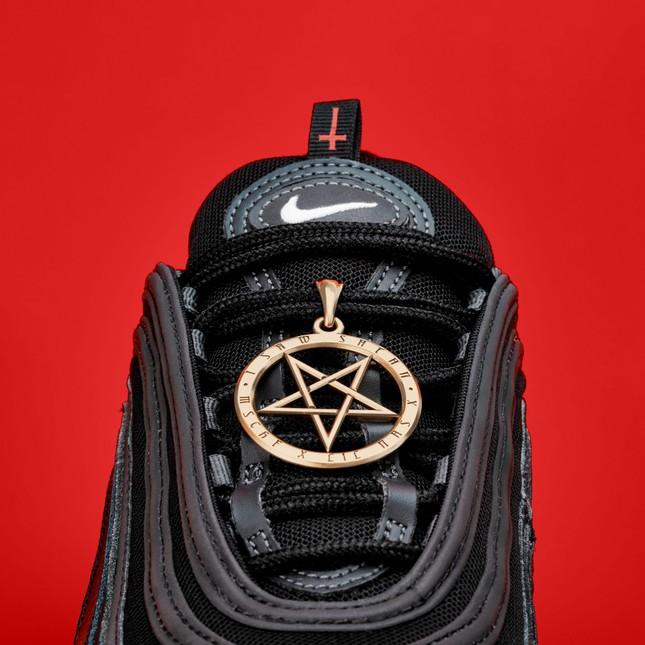 Tranh cãi đôi giày mang tên 'Quỷ Satan' có chứa máu người ảnh 2