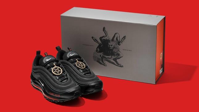 Tranh cãi đôi giày mang tên 'Quỷ Satan' có chứa máu người ảnh 1
