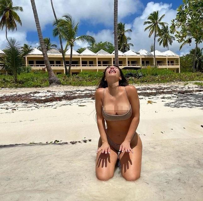 Kim Kardashian tung ảnh bikini 'bốc lửa' ăn mừng thành tỷ phú USD ảnh 2