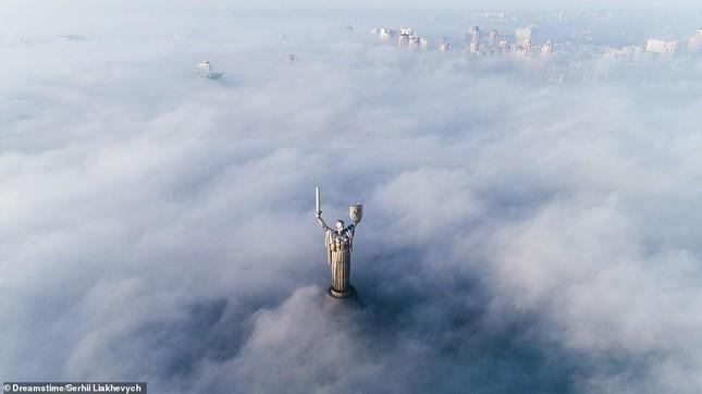 Tia sét trên biển Hạ Long lọt top ảnh thời tiết ấn tượng nhất thế giới, được đưa vào sách ảnh 12