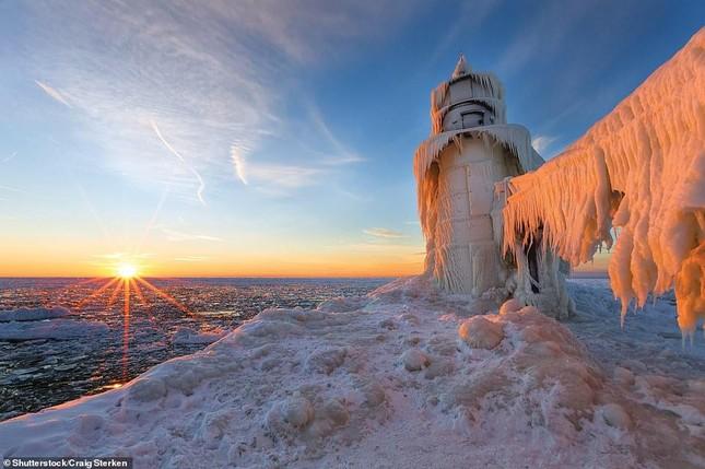 Tia sét trên biển Hạ Long lọt top ảnh thời tiết ấn tượng nhất thế giới, được đưa vào sách ảnh 15
