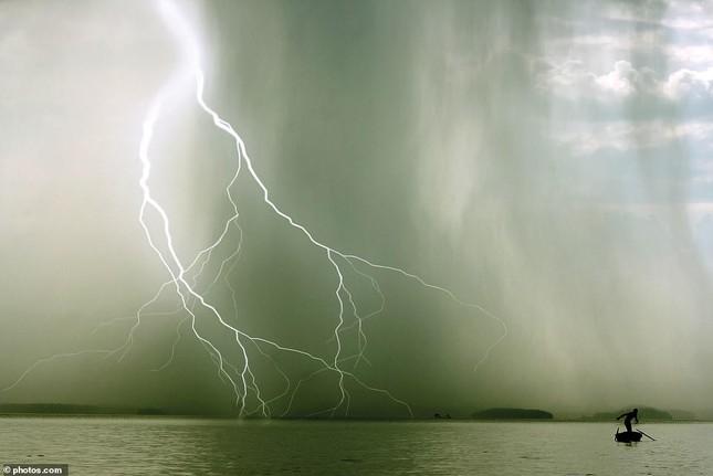 Tia sét trên biển Hạ Long lọt top ảnh thời tiết ấn tượng nhất thế giới, được đưa vào sách ảnh 6